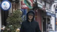 Robert Pattinson Sering Tertangkap Kamera Paparazi saat Ngopi