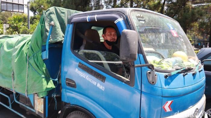 Tarif ruas Jalan Tol Cipularang dan Padalarang-Cileunyi yang sempat naik kini turun kembali setelah dikritik oleh Gubernur Jabar Ridwan Kamil. Sebelumnya seorang sopir truk juga keberatan dengan kenaikan tersebut.
