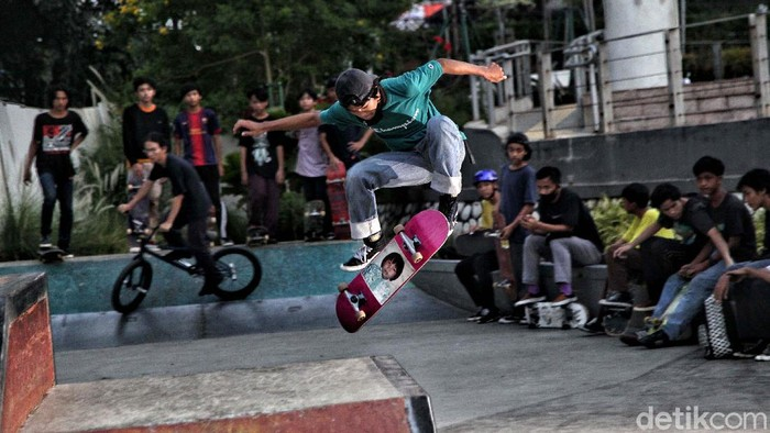 Sejumlah anak bermain skateboard di Skate Park Taman Budaya 2 Dukuh Atas, Jakarta, Jumat (4/9). Para skateboard beraksi dari sore hingga malam hari.