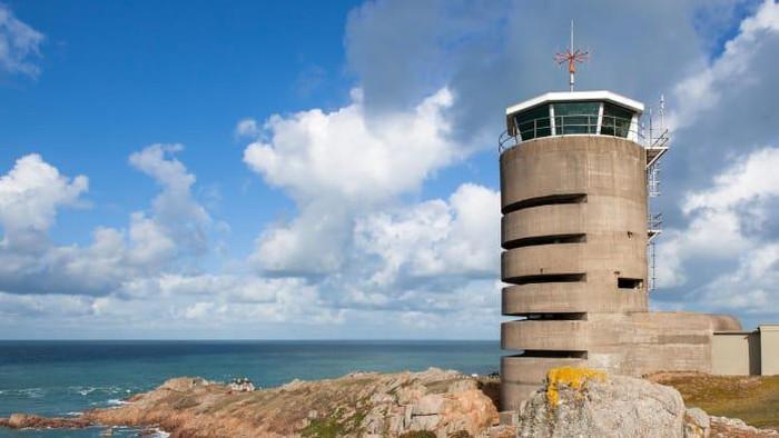 Menara radio bekas peninggalan Nazi ini disulap menjadi properti mewah dengan suguhan pemandangan indah. Sulit dibayangkan jika dulunya adalah aset perang dunia II.