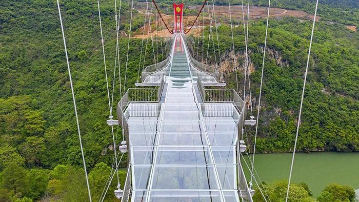 China baru saja menyelesaikan jembatan berlantai kaca terpanjang di dunia yang terletak di Lianjiang, Provinsi Guangdong. Begini penampakannya.