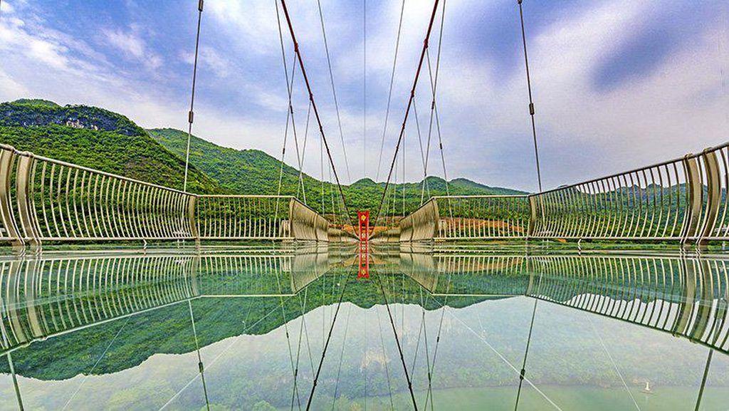 Canggih! China Punya Jembatan Kaca Terpanjang di Dunia