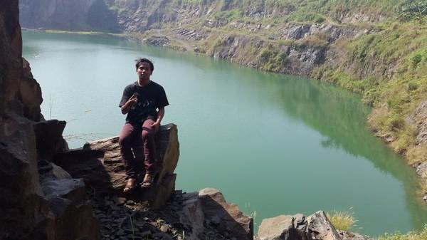 Pengunjung juga bisa berkeliling danau dengan mengitari tebing-tebing. (Foto: Gema Bayu Samudra/dtraveler)