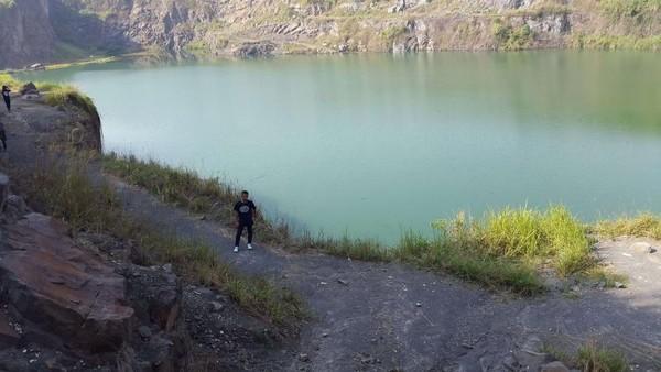 Danau yang dikelilingi tebing membuat takjub pengunjung. (Foto: Gema Bayu Samudra/dtraveler)