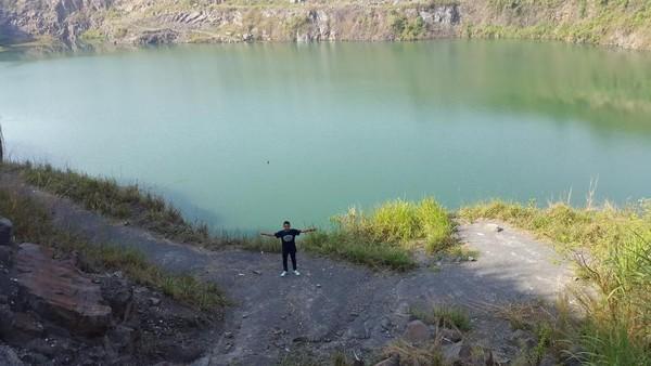 Air berwarna hijau di Danau Quarry Jayamix Rumpin, Tegalega, Cigudeg, Bogor. (Foto: Gema Bayu Samudra/dtraveler)