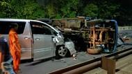 Belajar dari Kecelakaan Alphard Tabrak Truk Terguling: Ngantuk Jangan Nyetir