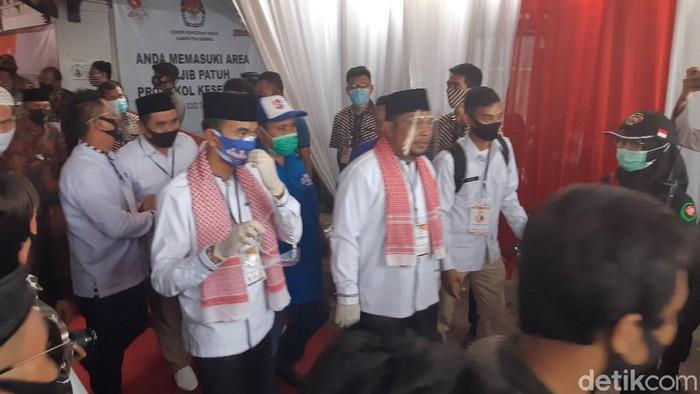 pasangan Nasrul Ulum-Eki Baihaki mendaftar ke KPU membawa kerumunan massa