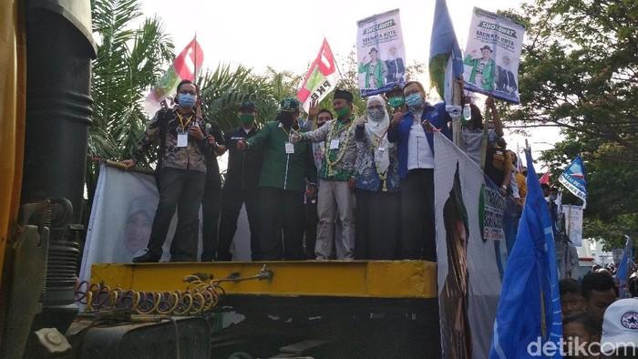 Pasangan Solihin-Ratnawati menumpangi truk saat daftar ke KPU Indramayu