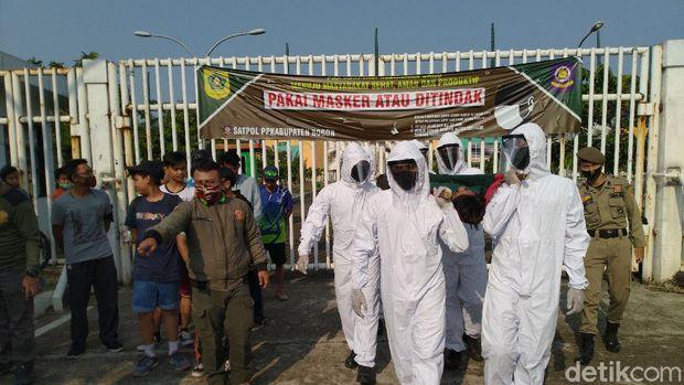 Pelanggar Masker Ditandu-Bersihkan Makam