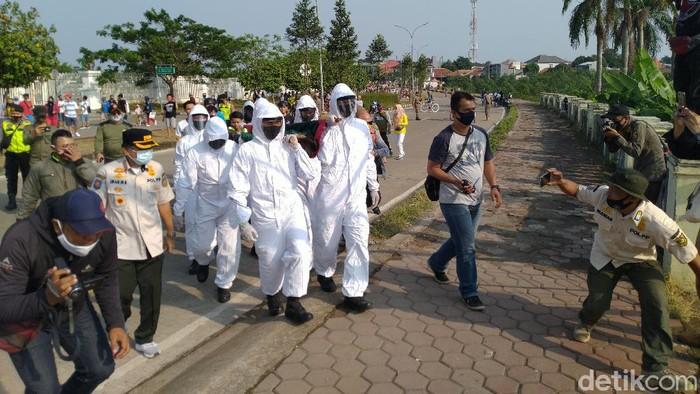 Pelanggar masker yang ditandu dan diiringi bacaan tahlil (Sachril Agustin Berutu/detikcom).