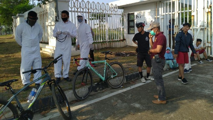Satpol PP Ber-hazmat di Stadion Pakansari, Bogor (Sachril-detik)