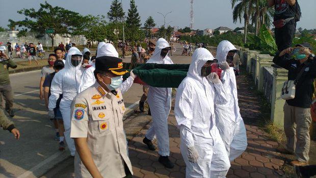 Satpol PP razia warga Bogor di Stadion Pakansari