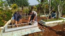 Warga Bogor yang Tak Bermasker di Stadion Pakansari Disanksi Bersihkan Makam