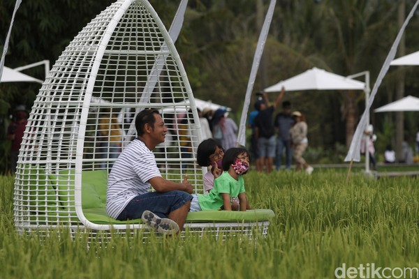 Wisatawan menikmati alam terbuka dengan nuansa persawahan, di tempat wisata Svargabumi, Borobudur, Magelang, Minggu (6/9/2020).