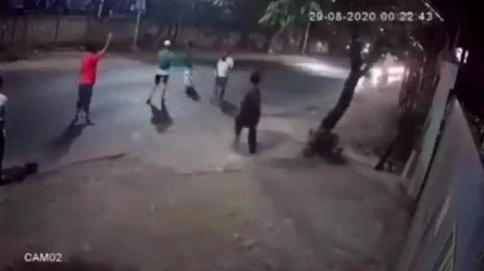 Viral! Remaja Halangi Truk di Bantar Gebang, Satu OrangTerlindas