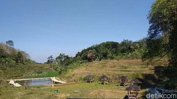 Satu lagi tempat wisata yang wajib dikunjungi traveler saat menghabiskan waktu liburan di Kabupaten Kuningan. Tempat wisata itu bernama Woodland Kuningan. (Bima Bagaskara/detikcom)