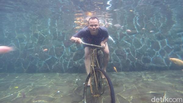 Untuk mencoba foto underwater ini traveler hanya perlu membayar Rp 30 ribu untuk satu spot foto. Di kolam foto underwater terdapat empat spot foto dari ayunan, meja komputer, motor hingga sepeda. (Bima Bagaskara/detikcom)