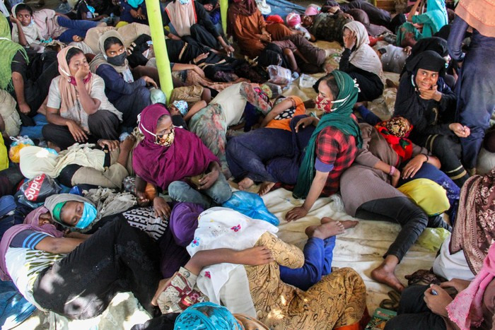 Sejumlah perempuan imigran etnis Rohingya menaiki truk evakuasi pascaterdampar di pesisir Pantai Ujong Blang, Lhokseumawe, Aceh, Senin (7/9/2020). Sebanyak 296 imigran etnis Rohingya, terdiri dari 104 orang laki-laki, 178 orang perempuan dan 14 orang anak-anak terdampar ke perairan Aceh pukul 02.30 WIB pada Senin (7/9/) dini hari. ANTARA FOTO/Rahmad/wsj.