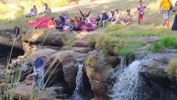 Kalau akhir pekan bisa lebih 500 pengunjung. Selain bisa selfie dan mandi di bawah (air terjun), di atas DAM, ada sungai, pengunjung bisa sewa perahu, kata Kades Dhompo, M Salim.