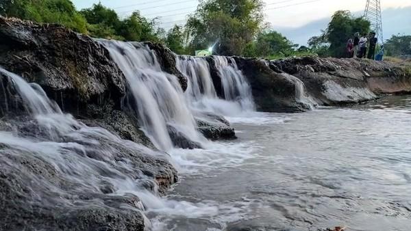Sungai di Pasuruan berubah menjadi destinasi wisata air terjun mini nan cantik. Namanya Air Terjun Mini Sungai Dhompo. Destinasi ini lagi ngehits lho di Pasuruan.