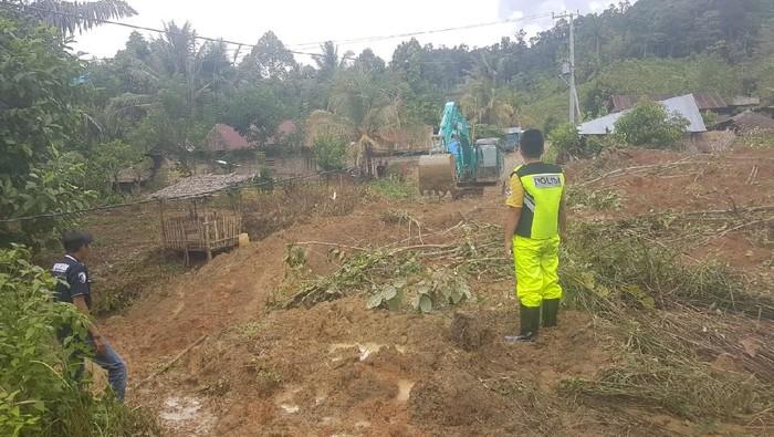Banjir dan longsor terjadi di Tabulahan, Mamasa, Sulbar, akibat hujan deras. Akses 5 desa terputus akibat tertutup material longsor (dok istimewa)