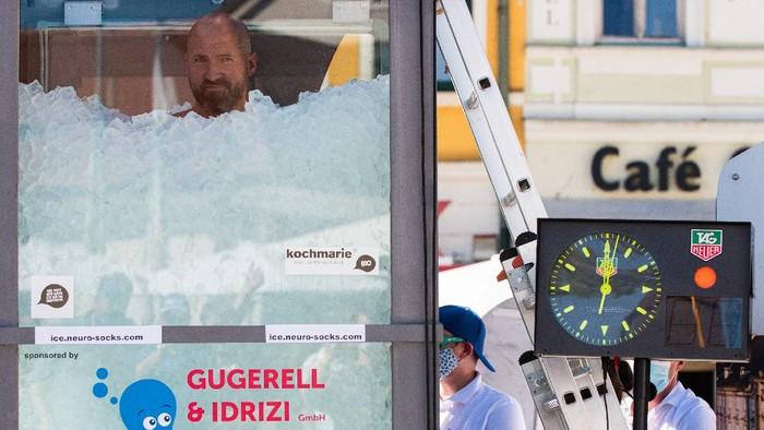 Seorang pria Austria, Josef Koeberl, sukses memecahkan rekor dunia usai berendam di tumpukan es selama 2 jam 20 menit. Berikut potretnya.