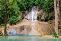 Saat berwisata dengan kereta ini, wisatawan bisa berhenti dibeberapa tempat termasuk Air terjun Sai Yok. (Getty Images/iStockphoto)