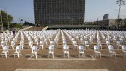 Bangku kosong ditata berjejer di Lapangan Rabin, Tel Aviv, Israel. Deretan bangku kosong itu jadi simbol jumlah kematian akibat COVID-19 yang terjadi di sana.
