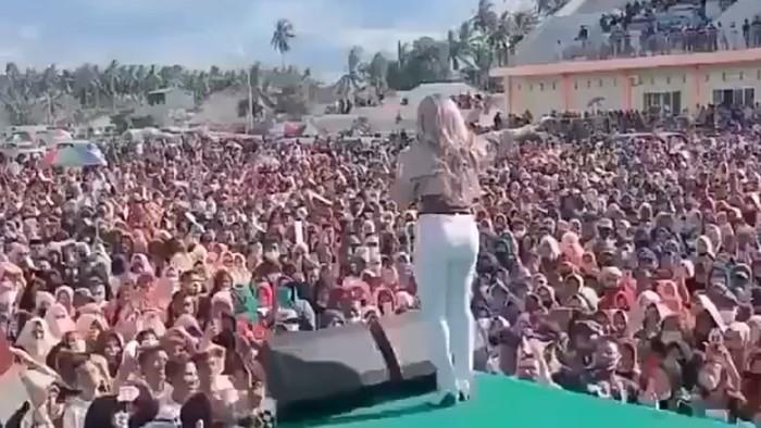 Viral di media sosial pasangan calon dalam pemilihan bupati (pilbup) Pohuwato, Gorontalo menggelar konser deklarasi. Dalam video tersebut terlihat warga berkerumun menghadiri konser.