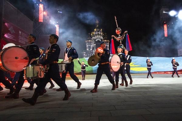 Namun di tengah pandemi COVID-19, festival ini diadakan tanpa penonton dengan lebih dari 12 unit musik dari angkatan bersenjata dan organisasi lain.