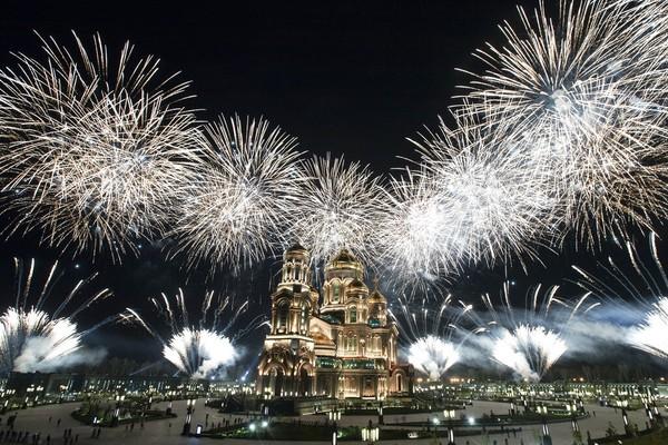Kembang api meledak di atas Katedral Angkatan Bersenjata Rusia selama Festival Musik Militer Menara Spasskaya di Kubinka, Moskow, Rusia, Minggu (6/9/2020) waktu setempat.