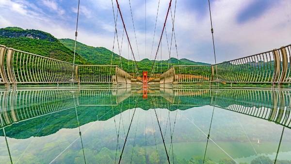 Lebar jembatan sekitar delapan meter. Wisatawan bisa berhenti sejenak untuk berfoto di atas jembatan kaca.