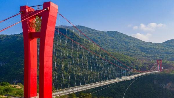 China telah memiliki 2.300 jembatan kaca. Proyek baru terus bersaing memperebutkan gelar terbesar, terpanjang dan paling menakutkan.