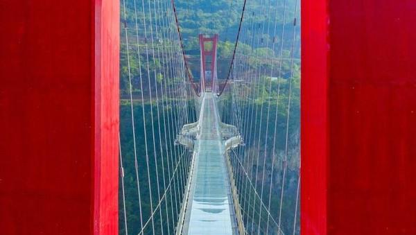 Guinness World Records telah mengakui jembatan kaca di Tiongkok ini menjadi yang terpanjang di dunia.