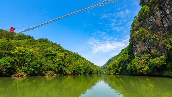 Jembatan melintas di aras Sungai Lianjiang. Tak hanya menyeramkan, namun wisatawan bisa melihat pemandangan tiga ngarai Huangcuan di Tiongkok Selatan.