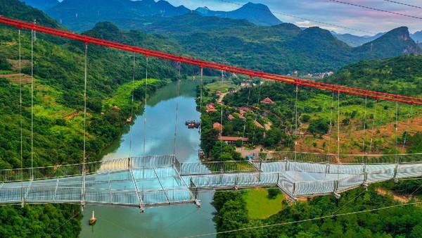 Bagian bawah kaca memiliki ketebalan 4,5 cm yang tembus pandang. Jadi, sambil melewati jembatan, wisatawan bisa melihat keindahan sungai di bawah.