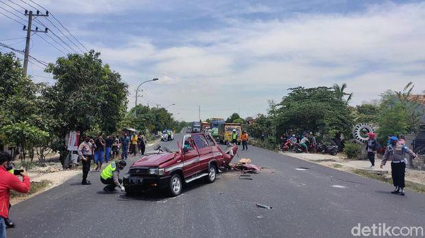kecelakaan kijang dan truk di KM 17 Dusun Beji Kec Jenu, Tuban