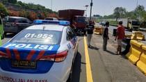 Hilang Kendali, Truk Boks Tabrak Pembatas Jalan di Tol Sedyatmo