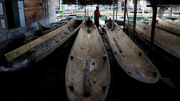 Nelayan adalah profesi utama suku Bajau Torosiaje dan beberapa diantaranya tukang perahu dan juga tukang bangunan.