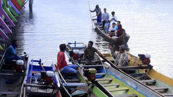 Perahu menjadi transportasi utama untuk 1.448 jiwa yang tinggal di desa ini, setiap rumah memiliki perahu sebagai pengganti motor ataupun mobil seperti orang yang tinggal di daratan.