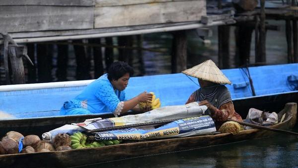 Dimulai saat matahari belum terbit hingga terbenam, raungan mesin perahu terdengar lalu lalang silih berganti, perahu kayu yang ditempelkan mesin itu memiliki peran penting dalam kehidupan sehari-hari masyarakat Bajau.