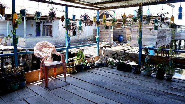 Sedangkan untuk sektor pariwisata, Desa Torosiaje telah dijadikan desa wisata, dimana jasa transportasi ojek perahu, warung makan, pemandu wisata hingga homestay memberikan dampak yang cukup besar bagi pendapatan masyarakat.