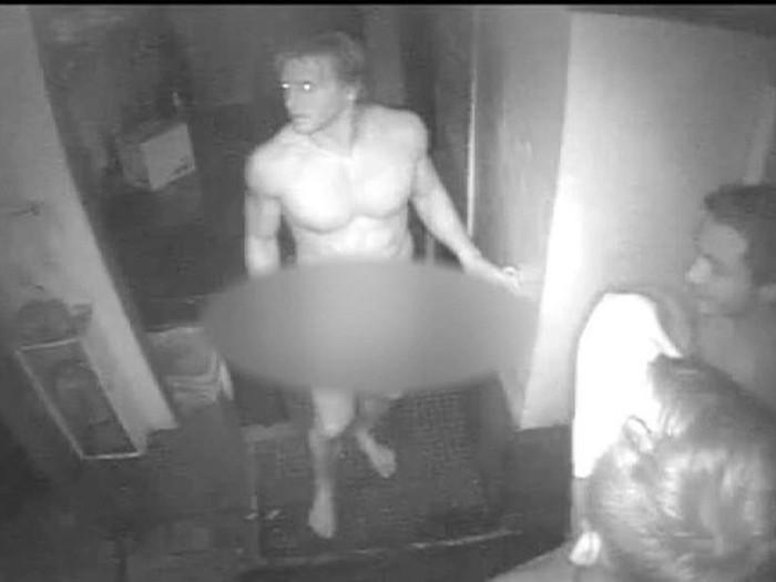 Orang Ini Ditangkap Polisi Karena Telanjang di Restoran