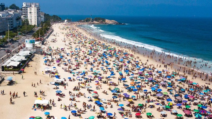 RIO DE JANEIRO, BRAZIL - SEPTEMBER 06: An aerial view of  people enjoying the weather at Botafogo Beach on September 6, 2020 in Rio de Janeiro, Brazil. Residents of Rio de Janeiro and tourists disrespected the rules of the city and occupied the sands of the beaches. A municipal decree cleared beach vendors and permitted bathing in the sea. However, the use of chairs and tents on the sand is still prohibited.