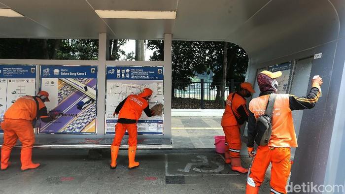 Di masa pandemi, sejumlah pasukan oranye terus melakukan perawatan dan bersih-bersih fasilitas umum di Ibukota Jakarta. Salah satunya halte bus.