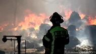 Aksi Damkar Padamkan Api di Gudang Pabrik Benang dan Kapas Sumedang