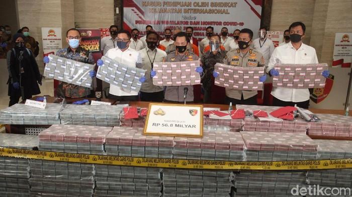 Polisi menunjukkan barang bukti uang tunai senilai 56,8 Miliar di Bareskrim Polri, Jakarta, Senin (7/9/2020). Kasus penipuan Internasional ini terkait ventilator dan monitor COVID-19.