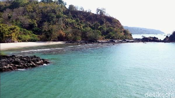 Pulau yang dinamami sesosok setan khas Indonesia yakni kuntilanak itu memiliki hamparan pasir putih.