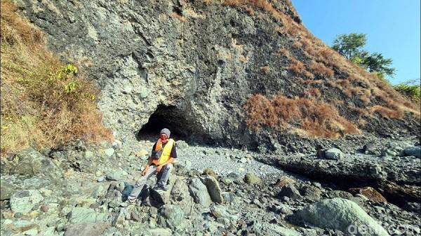Di kawasan Pulau Kunti terdapat Gua Jodoh yang konon katanya bisa mempercepat siapapun yang masuk ke dalam gua tersebut bisa mendapat tambatan hati. Gua tersebut sedalam sekitar 9 meter.