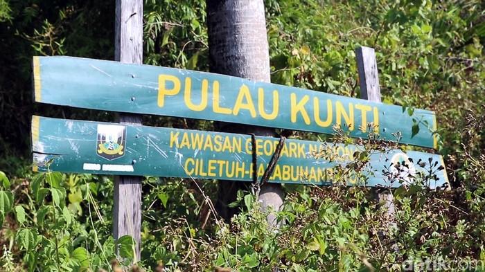 Deretan pulau membentang di kawasan Geopark Ciletuh Palabuhanratu, Sukabumi. Salah satu pulau di kawasan tersebut dinamai Pulau Kunti.